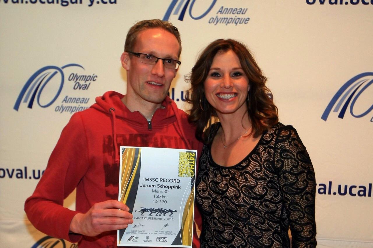 Jeroen Schoppink krijgt de prijs uit handen van oud wereldkampioene LeMay